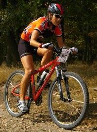 ilustrace: cyklistka na MTB (Ekor Cup Kralupy)