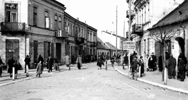Wejście do małego getta, róg ulicy Bodzentyńskiej i Rynku.