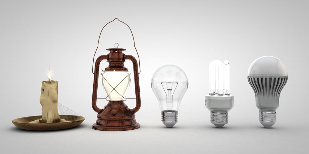 Confronto tra lampade LED alogene fluorescenti messe una vicina all'altra