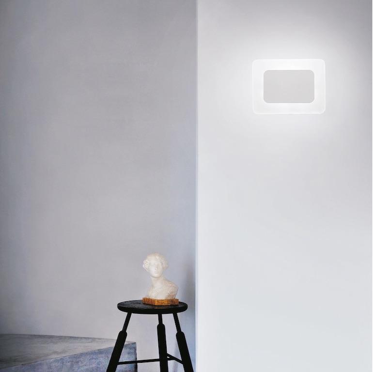 Applique LED Essential da interni applicato nella parete con luce bianca naturale