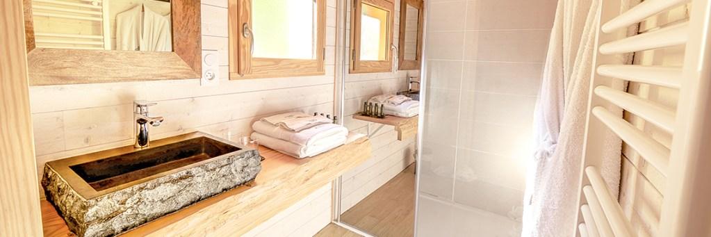 Salle d'eau en bois séjour détente et bien-être haut-de-gamme cabane perchée Domaine de la Male