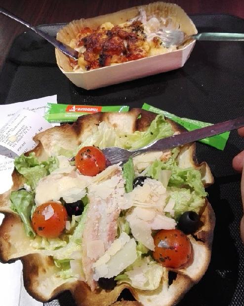 Salát Caesar v restauračním bufetu u Louvre a noky