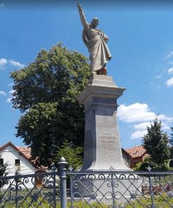 socha K. H. Borovského na náměstí