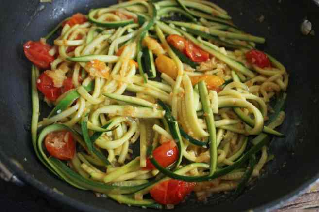 zucchini-pasta-with-cherry-tomatoes-step-5