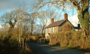David Medcalf, Country Cottage near Efailnewydd (CC BY-SA 2.0)