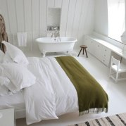 White walls and floor, like sleeping on a cloud. Bedroom by Interior Designer