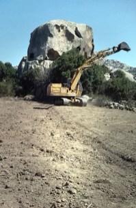 Messa in opera muro a secco con mezzi movimento terra in esecuzione - Drywall implementation using earthmoving machinery