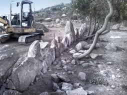 Spianamento terreno per messa in opera muro a secco con pietre monolitiche - Smoothing the ground
