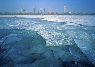 Eislaufen auf Naturgewässern ist gefährlich.
