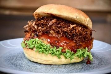 Cheddar Burger mit frittiertem Sauerkraut