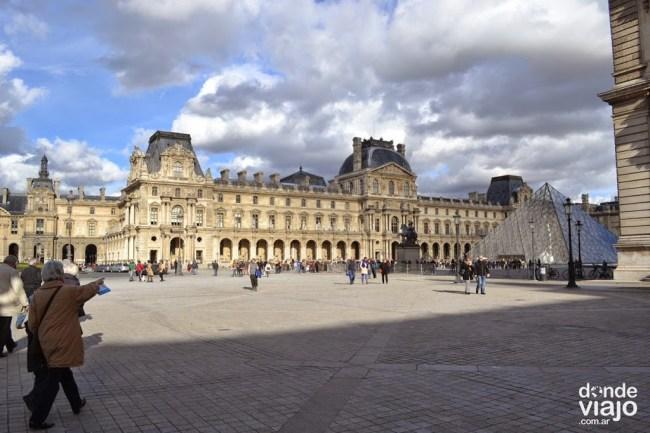 El ingreso al museo del Louvre, París