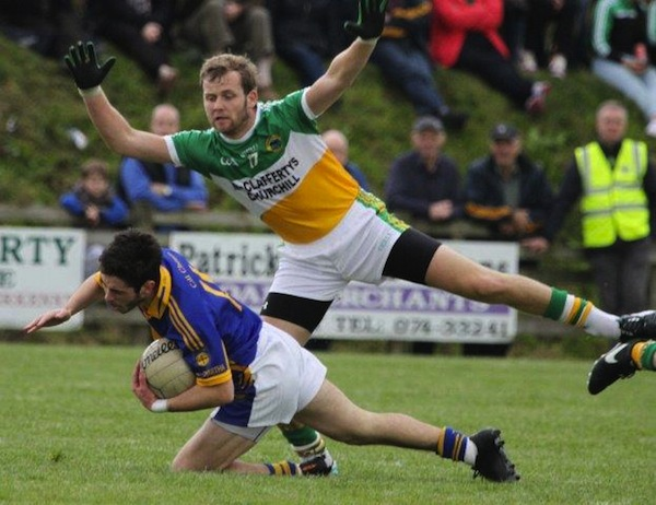 Leon Kelly from Glenswilly surrounds Mark McHugh. Pic by North West Newspix.