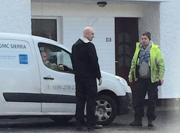 Cllr MacGiolla Easbuig talks to Irish Water workers.