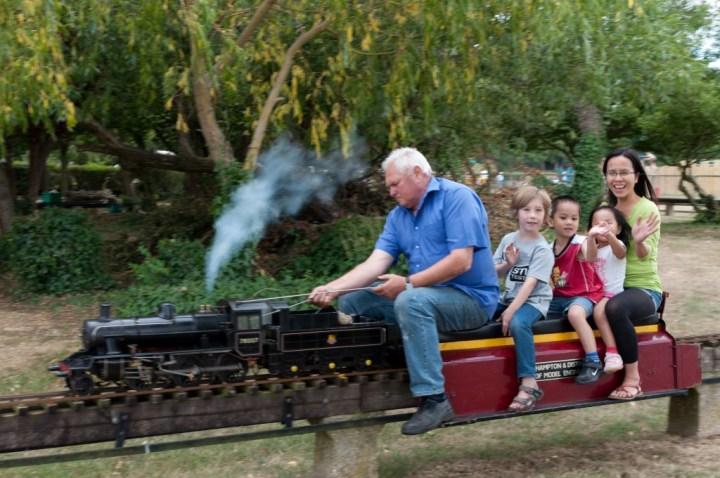 Minh Duy, Minh An, và mẹ đi xe lửa tí hon ở Riverside Park