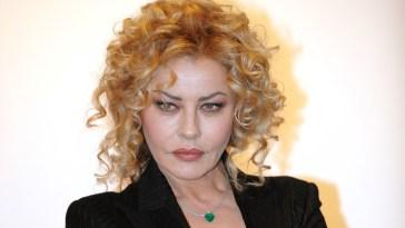 """Eva Grimaldi in lacrime per la madre morta: """"Non ce la faccio…"""""""