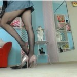 AntoniaLove toglie le scarpe in cam