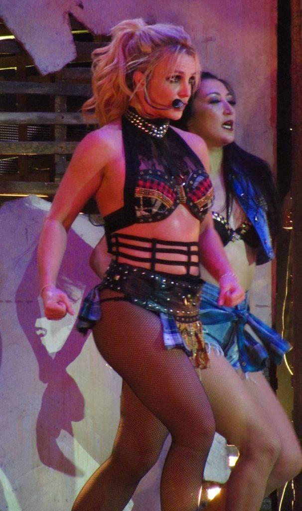 Britney Spears in collant a rete durante un concerto a Londra