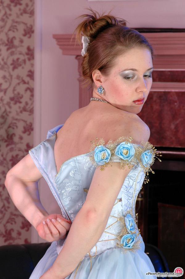 La sposa con i collant marroni sfila il vestito lentamente