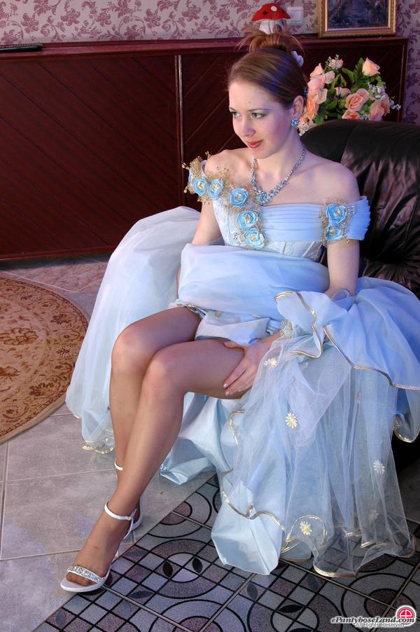 La sposa con i collant marroni mostra le gambe