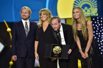 El cineasta Runar Runarsson, segundo de derecha a izquierda, agradece tras recibir la Concha de Oro a la mejor película por su cinta ''Sparrows'', en el Festival de Cine de San Sebastián, España, el sábado 26 de septiembre de 2015. (AP Photo/Alvaro Barrientos)