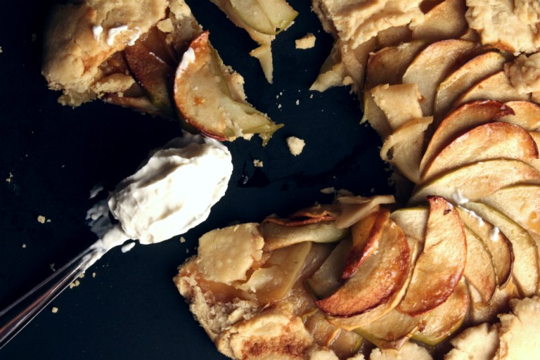 Thin slices of green and yellow apples spiced with cinamon baked in a short crust pastry.