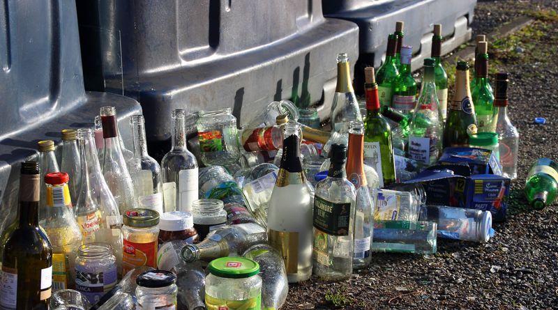 Kötelezően bevonnák a nagyobb alapterületű élelmiszerboltokat az üveghulladékgyűjtésbe