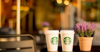 Papír szívószálakra vált a Starbucks is