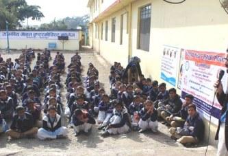 डा. गौरव संजय विद्यार्थियों को सड़क सुरक्षा संबंधी जानकारी देते हुए