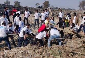 हरिद्वार: बीइंग भगीरथ फाऊण्डेशन ने गंगा तल में उतरकर चलाया सफाई अभियान