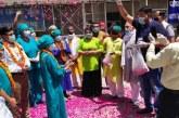 हरिद्वार: पुष्पवर्षा कर किया सीएमओ व चिकित्सकों का स्वागत