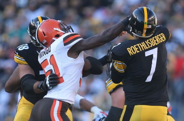 Barkevious Mingo Punches Greydick Rapeysburger in the gob Charles LeClaire-USA TODAY Sports