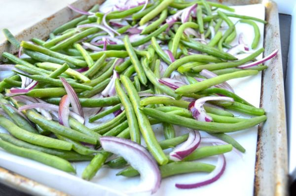 These Roasted Balsamic Green beans are irresistible, with the caramelization of sweet balsamic and honey, and the aromatic onion and garlic.