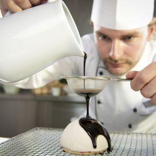 Koch bereitet Dessert zu