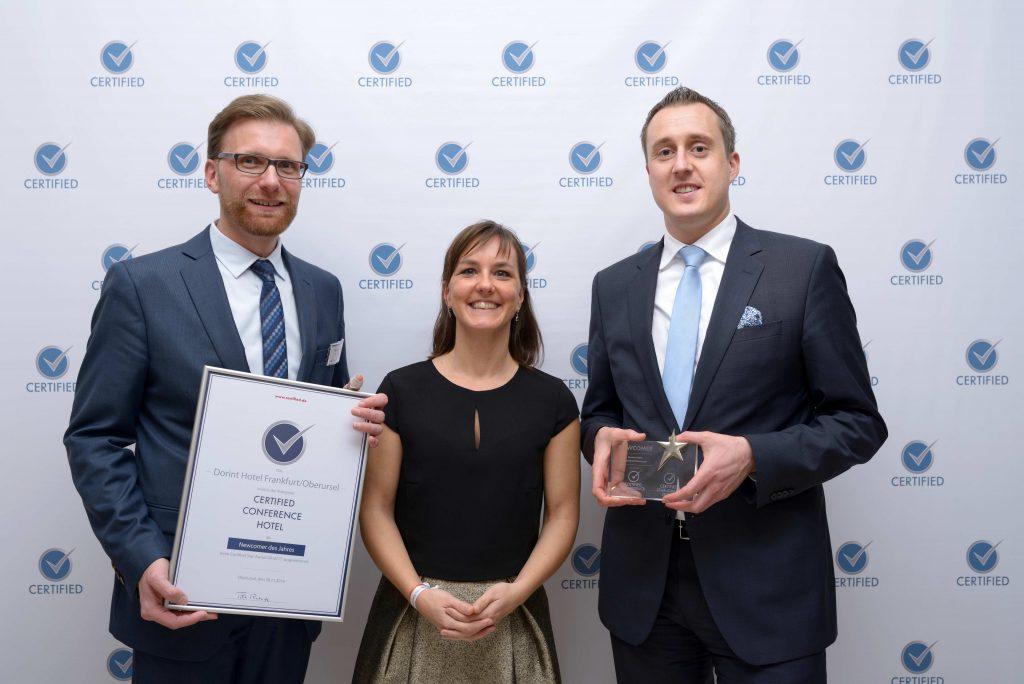 (v.l.n.r.) Matthias Heueis (Regional Sales Manager Region Rhein-Main), Doris Richter (Head of Sales Service), Sören Mölter (Direktor Dorint Hotel Frankfurt/Oberursel). Fotocredit: Certified