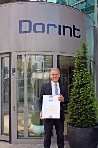Achim Laurs, Regionaldirektor Region Rheinland der Neue Dorint GmbH, präsentiert stellvertretend für die Dorint Gruppe das Zertifikat Kundenchampions 2017.