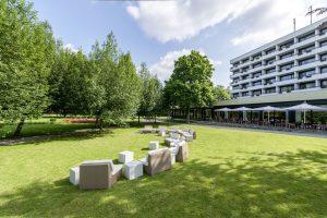 Die Terrasse des Dorint Parkhotel Bad Neuenahr am Dahliengarten.