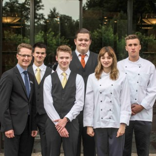 V.l.n.r.: Hoteldirektor Stefan Seiler, Benjamin Hoppen, Lucas Anding-Starke, Felix Becher, Lara-Lucia Schmidt und Lucas Henkel