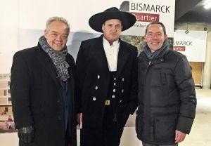 """Jörg T. Böckeler (links, COO Dorint GmbH) und Karl-Heinz Pawlizki (rechts, CEO Dorint GmbH) zusammen mit Zimmermann Nils Othmer beim Richtfest des neuen Dorint Hotel Düren im künftigen """"Bismarck-Quartier""""."""