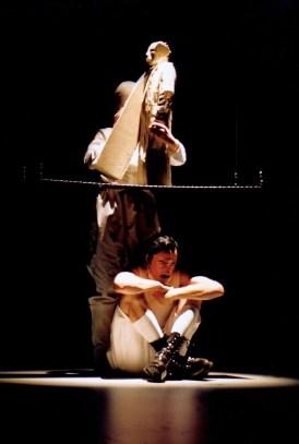 Jakob von Gunten Schauspiel nach Robert Walser luzernertheater, premiere 23.01.2004 Foto: Wil van Iersel Bethaniendwarsstraat 6-D, NL 1012 BC, Amsterdam. Postfinance Konto: 30-236214-7 >Marcel Metten (Jakob), Puppe (Vater)
