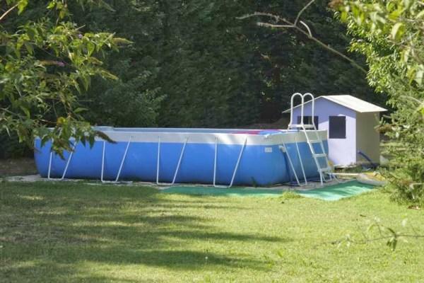Zwembad in de tuin van een vakantiehuisje in Frankrijk