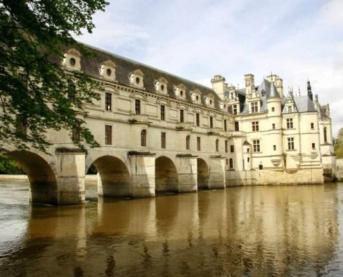 Het kasteel Chenonceau is gebouwd over de rivier de Cher in Frankrijk