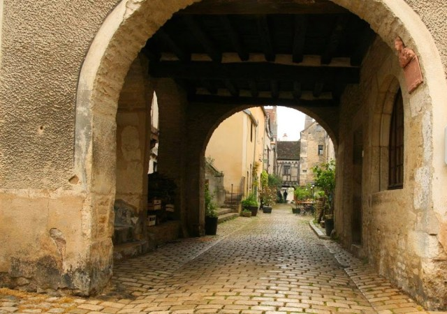 Straatje in Noyers sur Serein in Bourgondië, Frankrijk