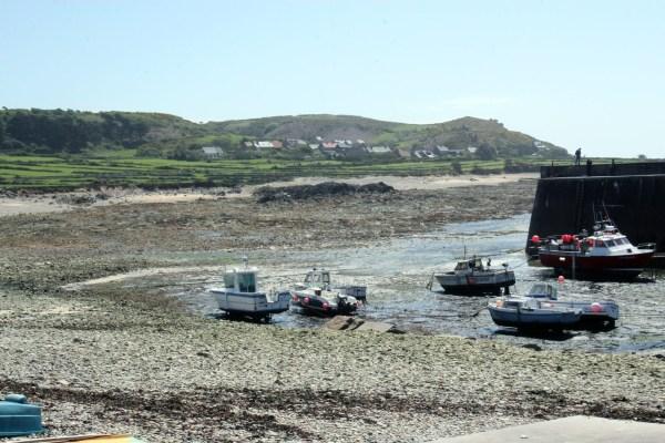 Bootjes liggen op de bodem van het haventje van Goury