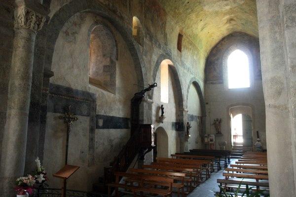 De binnenkant van de abdijkerk van Lavaudieu is versierd met oude fresco's.
