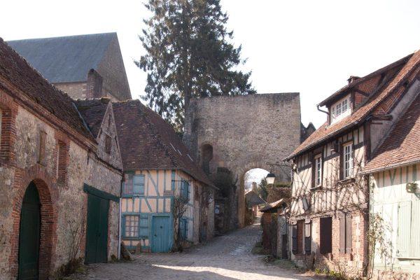 huizen-straatje-poort kerk gerberoy-frankrijk