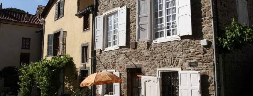 Huis met terrasje in het dorp Blesle in de Auvergne, Frankrijk