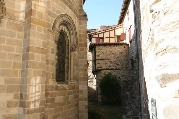 De buitenkant van het koor van het kerkje in Blesle in Frankrijk