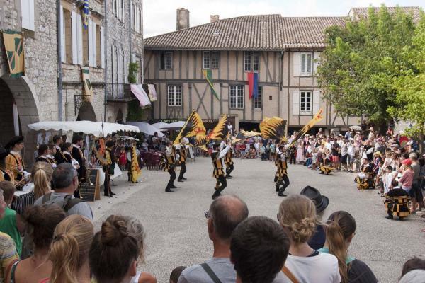 Een act met vlaggen tijdens het middeleeuws festival in het Franse dorp Monflanquin