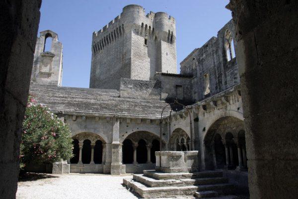Het kloosterhof van de abdij van Montmajour