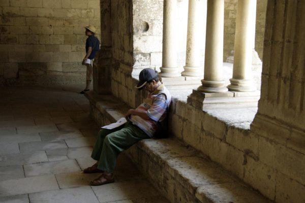 Man knapt een uiltje in het kloosterhof van het klooster van Montmajour